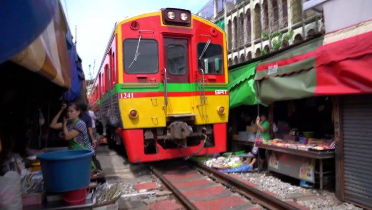 İçinden Tren Geçen Maeklong Pazarı